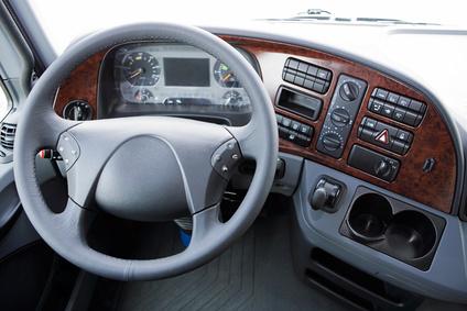 Lenkrad im Cockpit eines Lastwagen
